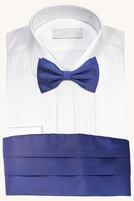 Camisa con fajín y corbata de lazo azul