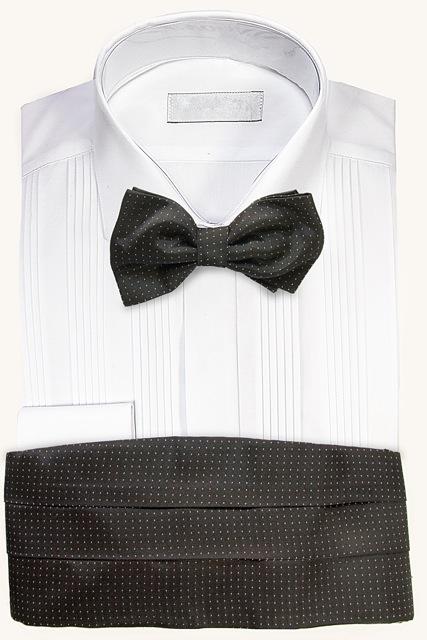 Camisa blanca de ceremonia para esmoquin con fajín y corbata de lazo negra con lunares.